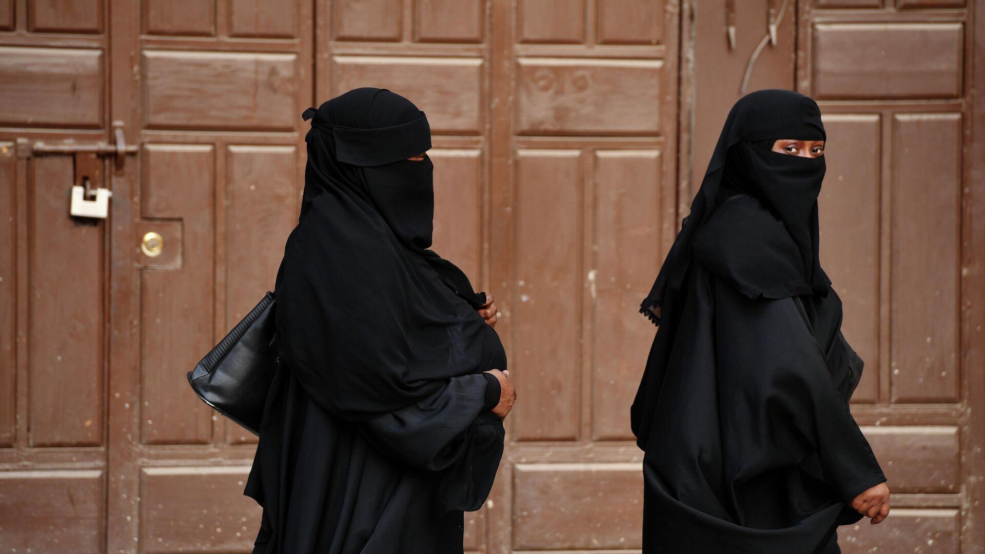 Женщины в хиджабах - Sputnik Узбекистан, 1920, 10.09.2021