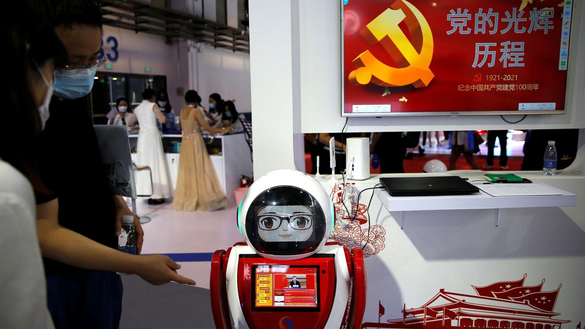 Посетители и роботы Всемирной конференции робототехники Beijing World Robot Conference 2021 в Пекине, Китай - Sputnik Ўзбекистон, 1920, 05.10.2021