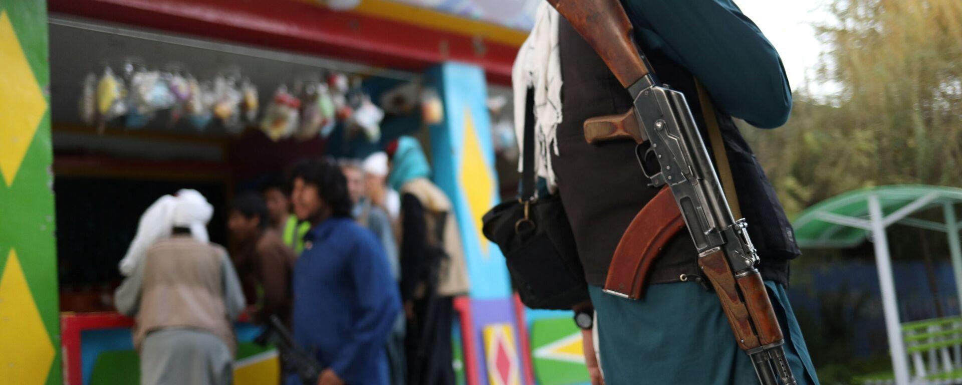 Боец Талибана* с винтовкой в парке развлечений в Кабуле - Sputnik Узбекистан, 1920, 15.09.2021