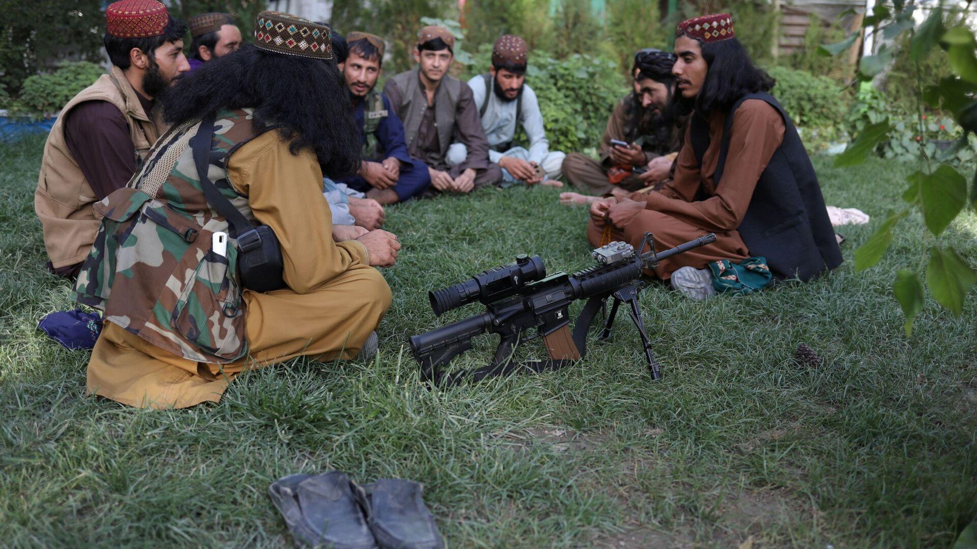 Boytsы Talibana* v parke razvlecheniy v Kabule  - Sputnik Oʻzbekiston, 1920, 16.09.2021