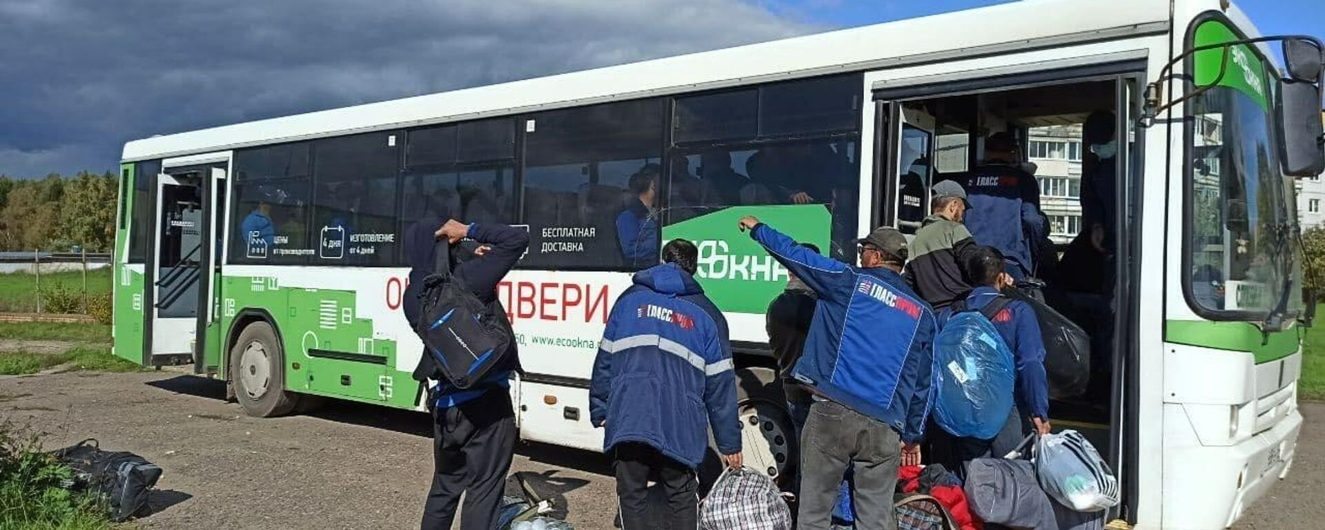 Мигранты покидают общежитие в селе Бужаниново - Sputnik Узбекистан, 1920, 15.09.2021