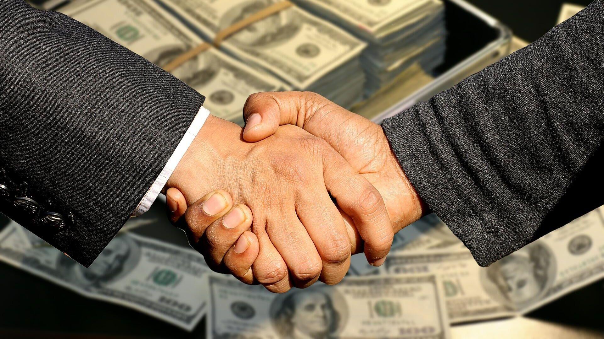 Бизнесмены пожимают друг другу руки - Sputnik Ўзбекистон, 1920, 16.09.2021