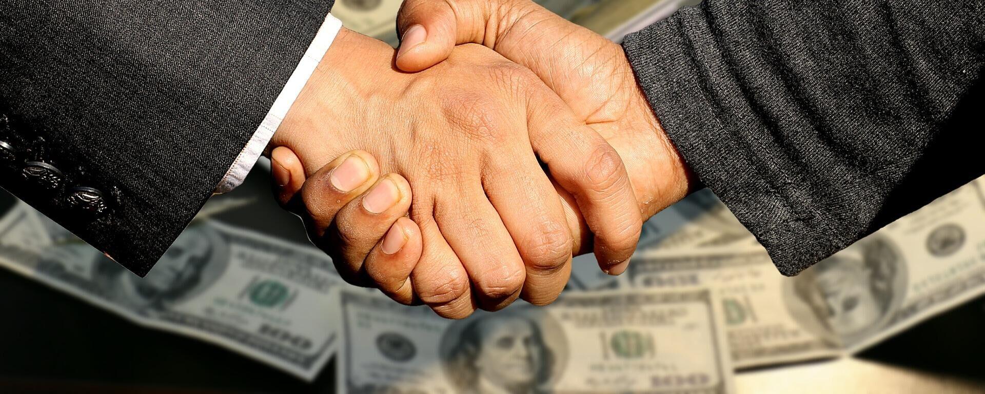 Бизнесмены пожимают друг другу руки - Sputnik Узбекистан, 1920, 15.09.2021