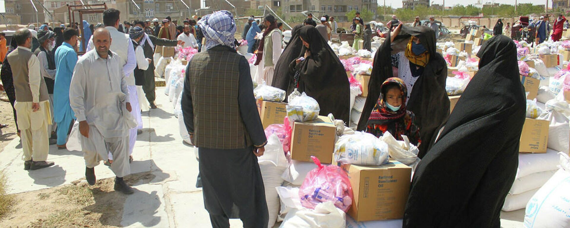 Сотрудники ВПП распределяют продовольственную помощь в Герате, Афганистан. Август 2021 года. - Sputnik Узбекистан, 1920, 15.09.2021