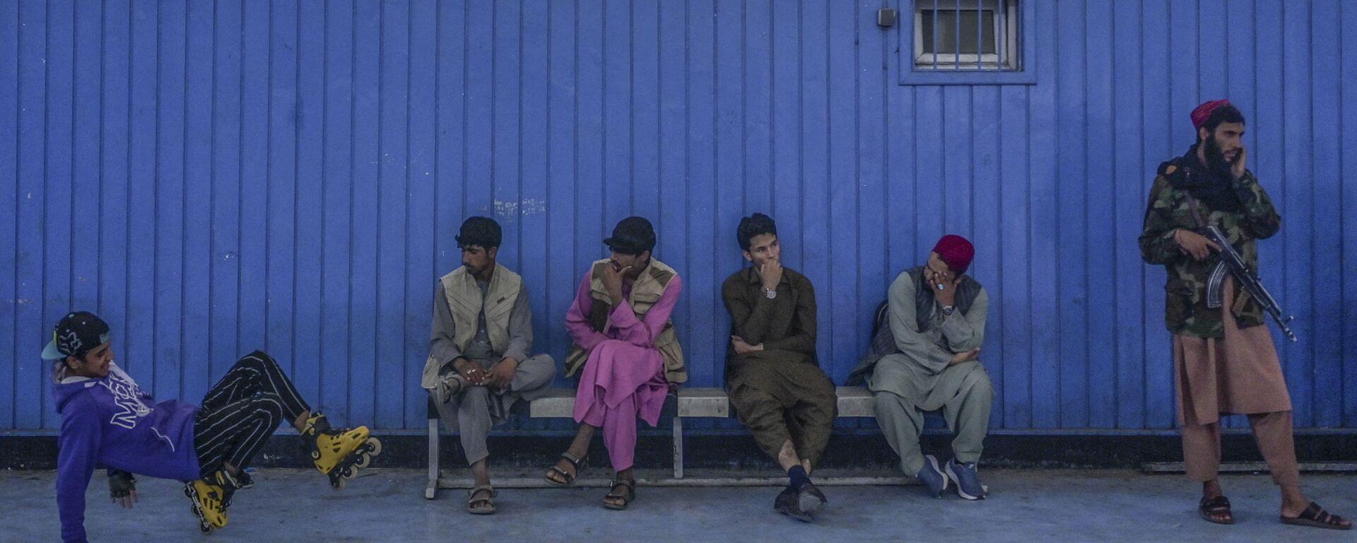 Во время визита директора Талибана по физическому воспитанию и спорту Башира Ахмада Рустамзая в спортзал в Кабуле - Sputnik Ўзбекистон, 1920, 21.09.2021