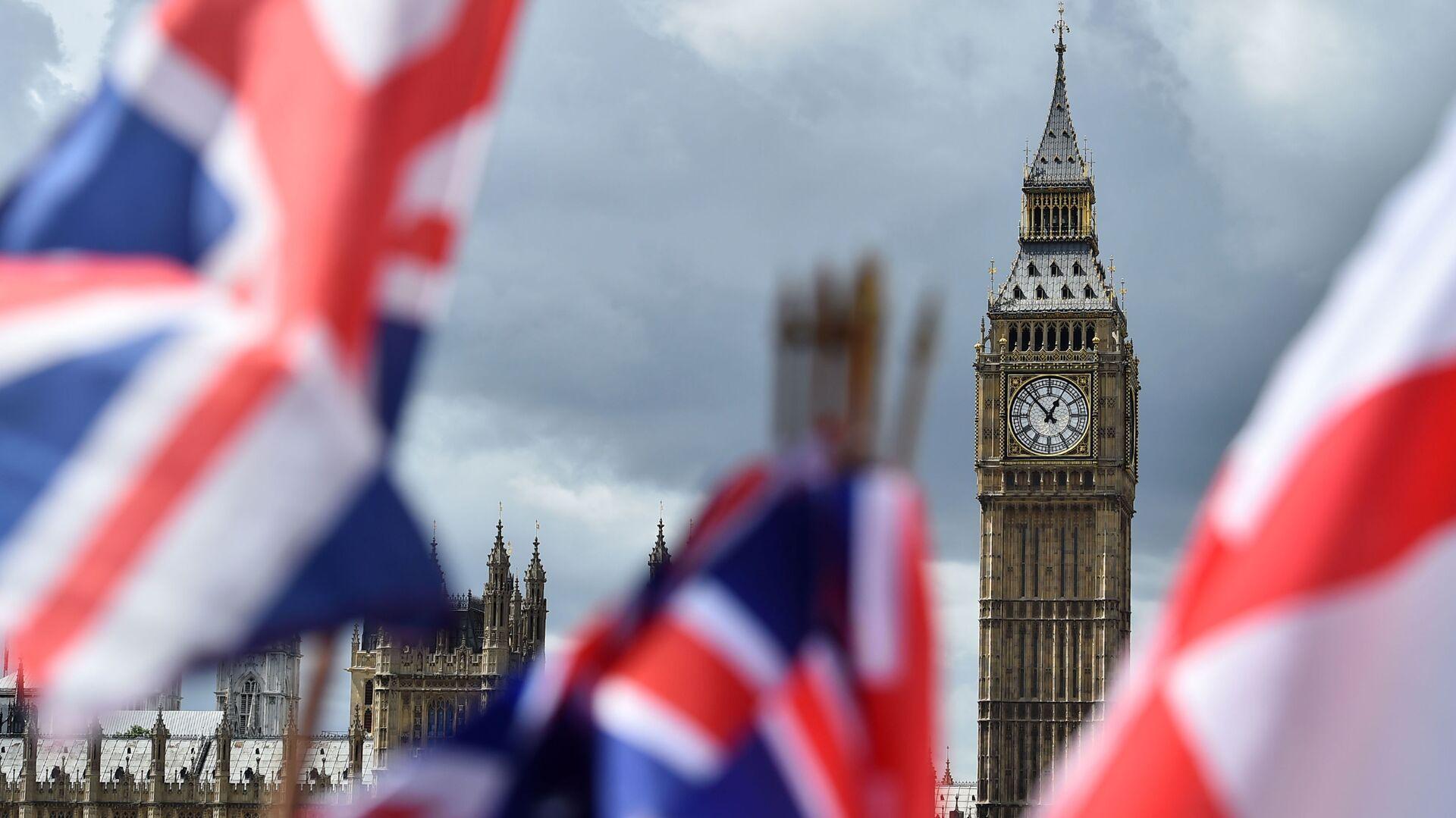 Флаги на фоне Биг-Бена в Лондоне - Sputnik Узбекистан, 1920, 17.09.2021