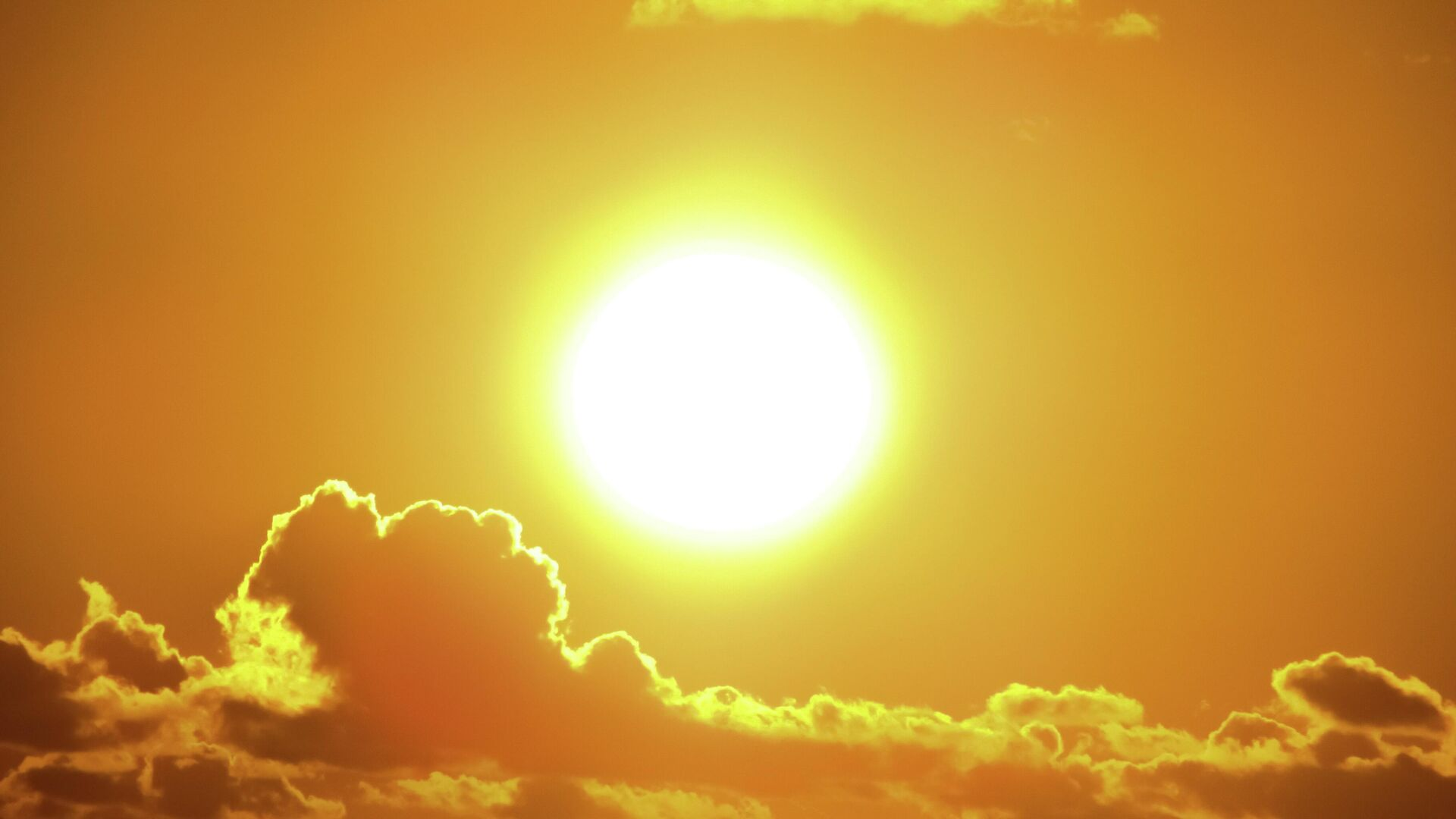Яркое солнце в облаках - Sputnik Узбекистан, 1920, 17.09.2021