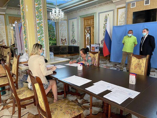 В Самарканде началось голосование  на выборах депутатов Государственной Думы РФ - Sputnik Узбекистан