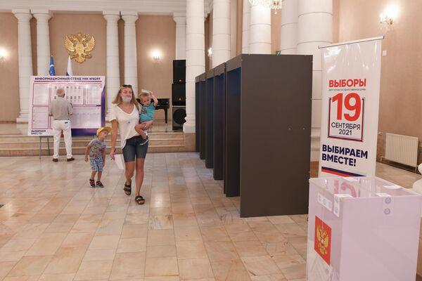 На выборы россияне приходят целыми семьями - Sputnik Узбекистан
