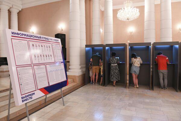 На участке установлен информационный стенд, на котором представлены все зарегистрированные кандидаты в депутаты Госдумы от 14 партий - Sputnik Узбекистан