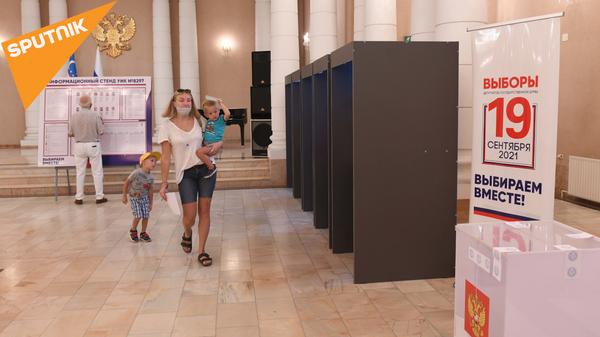 Голосование на выборах в Госдуму РФ в посольстве России в Ташкенте - Sputnik Узбекистан