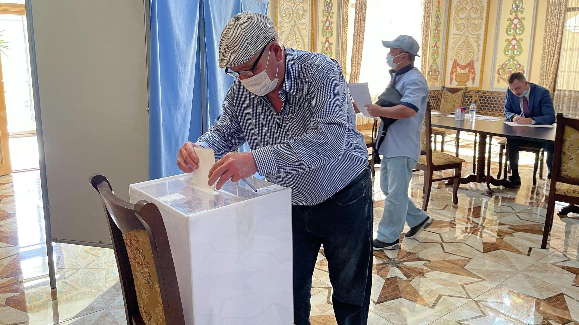 Избиратель голосует на выборах в Госдуму РФ на участке в Самарканде - Sputnik Узбекистан, 1920, 19.09.2021
