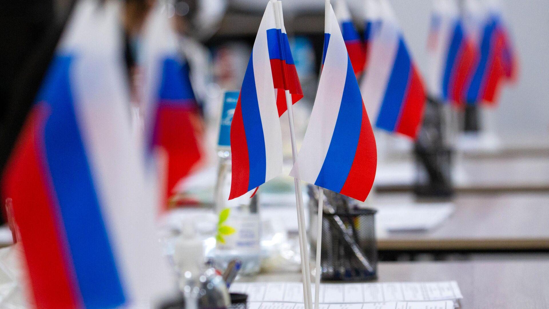 Российские флаги на избирательном участке в здании представительства Россотрудничества - Sputnik Ўзбекистон, 1920, 21.09.2021