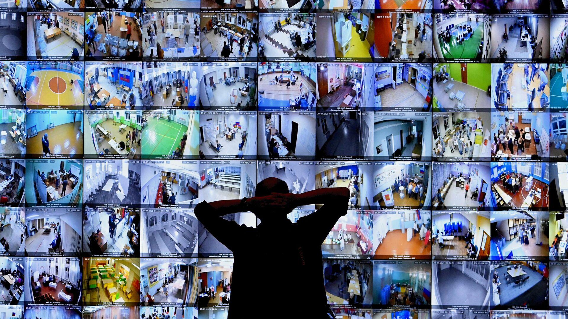 Экраны с участками для голосования в Информационном центре Центральной избирательной комиссии РФ во время выборов в Госдуму 2021 года - Sputnik Узбекистан, 1920, 18.09.2021