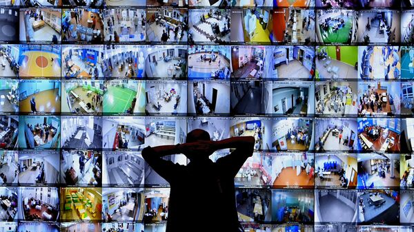 Экраны с участками для голосования в Информационном центре Центральной избирательной комиссии РФ во время выборов в Госдуму 2021 года - Sputnik Узбекистан