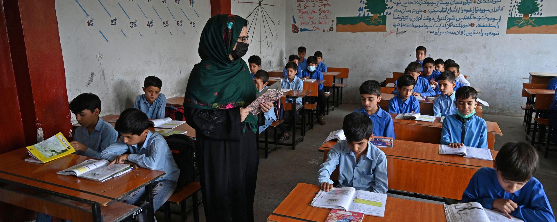 Урок в одной из школ Кабула - Sputnik Узбекистан, 1920, 21.09.2021