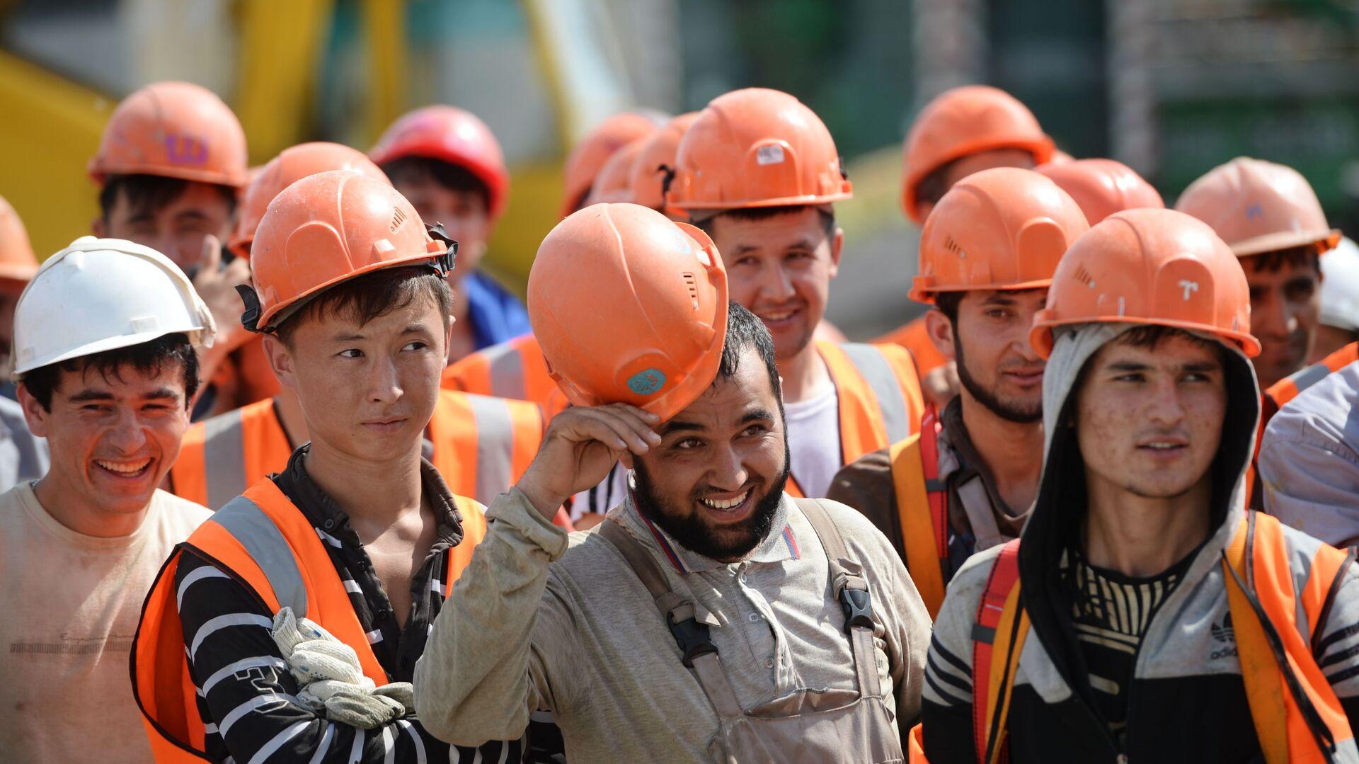 Рабочие на строительной площадке Центрального стадиона в Екатеринбурге - Sputnik Узбекистан, 1920, 22.09.2021