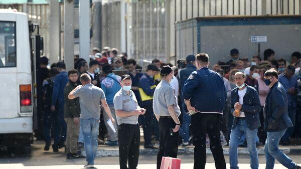 Очередь из мигрантов возле Единого миграционного центра Московской области - Sputnik Узбекистан
