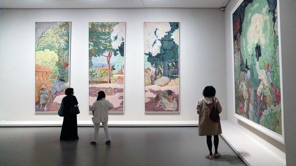 Посетители смотрят на картины французского художника Пьера Боннара во время пресс-показа выставки коллекции братьев Морозовых в Фонде Louis Vuitton в Париже - Sputnik Узбекистан