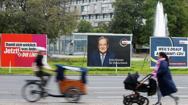 Рекламные щиты с предвыборными плакатами в Берлине, Германия - Sputnik Узбекистан