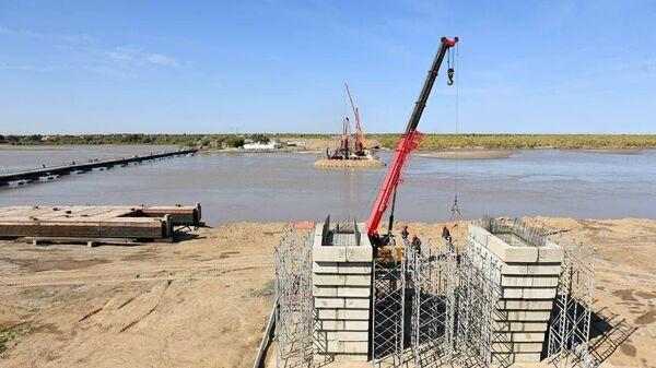 Президент Шавкат Мирзиёев ознакомился со строительством моста через Амударью. - Sputnik Узбекистан