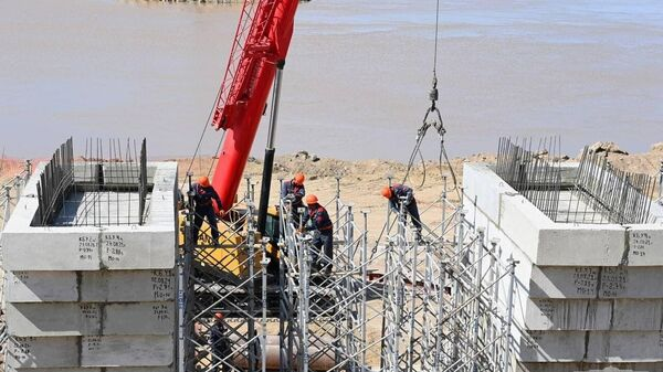 Prezident Shavkat Mirziyoyev oznakomilsya so stroitelstvom mosta cherez Amudaryu. - Sputnik Oʻzbekiston
