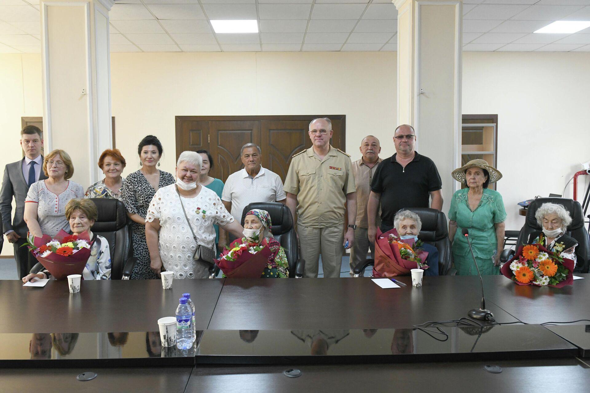 В благодарность за мир: ветеранам ВОВ в Узбекистане вручили подарки от Минобороны РФ - Sputnik Узбекистан, 1920, 22.09.2021