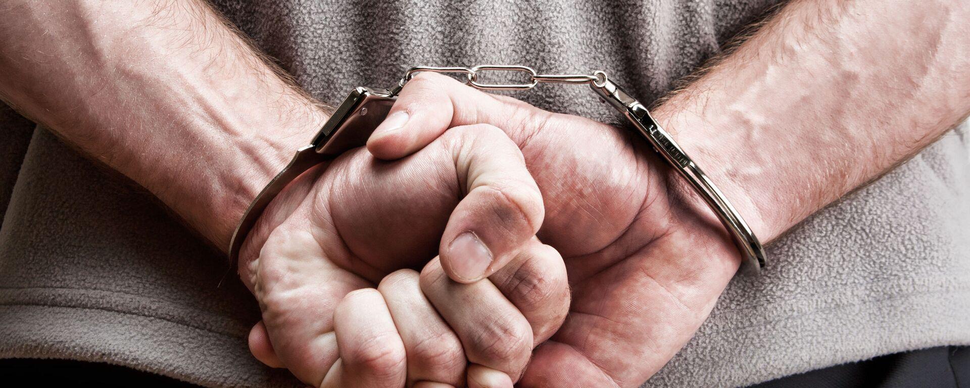 Мужчина в наручниках - Sputnik Узбекистан, 1920, 23.09.2021