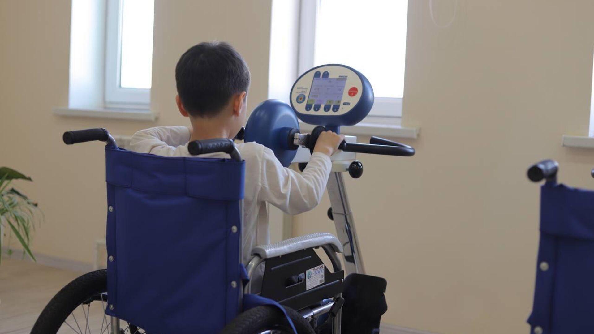 Ребенок в инвалидном кресле - Sputnik Ўзбекистон, 1920, 23.09.2021
