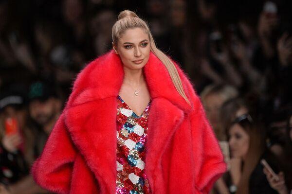 Актриса Наталья Рудова Mercedes-Benz Fashion Week Russia кўргазмасида. - Sputnik Ўзбекистон