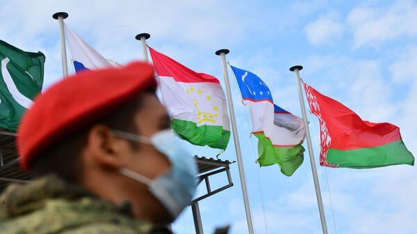 Государственные флаги во время антитеррористических учений стран – членов Шанхайской организации сотрудничества (ШОС) Мирная миссия – 2021  - Sputnik Узбекистан