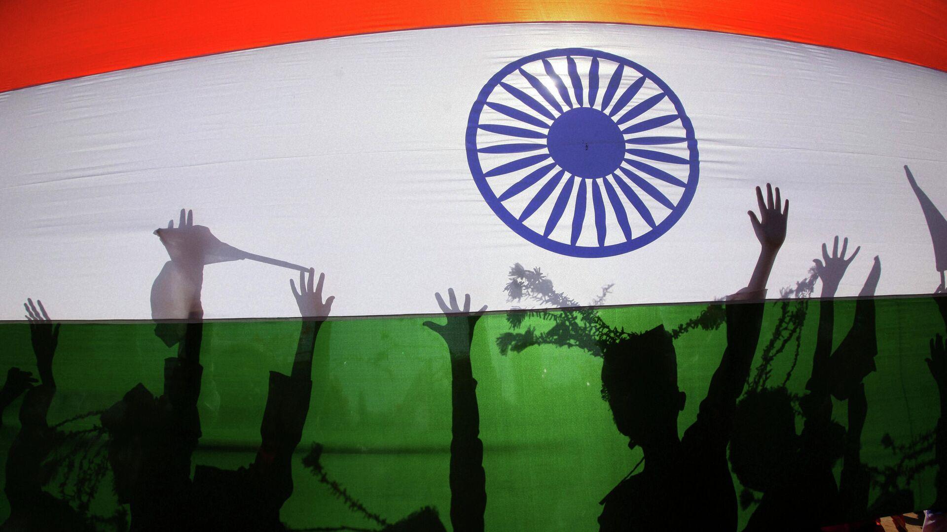 Силуэты людей на фоне национального флага Индии - Sputnik Узбекистан, 1920, 24.09.2021