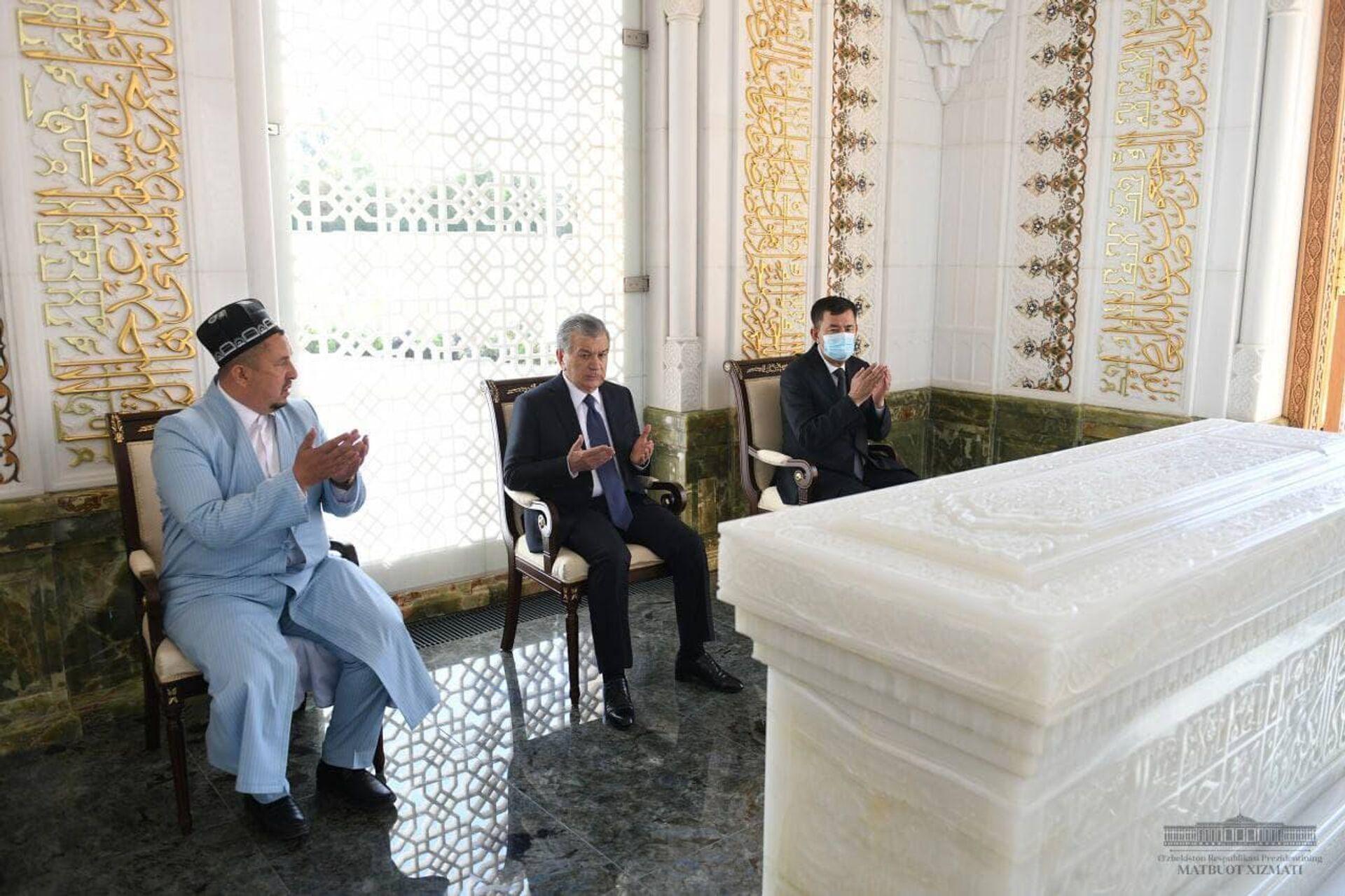 Шавкат Мирзиёев посетил мавзолей Ислама Каримова в Самарканде - Sputnik Узбекистан, 1920, 24.09.2021
