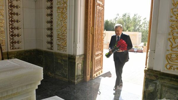 Шавкат Мирзиёев посетил мавзолей Ислама Каримова в Самарканде - Sputnik Узбекистан