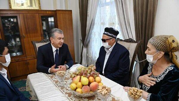 Президент Узбекистана Шавкат Мирзиёев в завершение поездки в Самарканд посетил махаллю Шарк тонги  - Sputnik Узбекистан