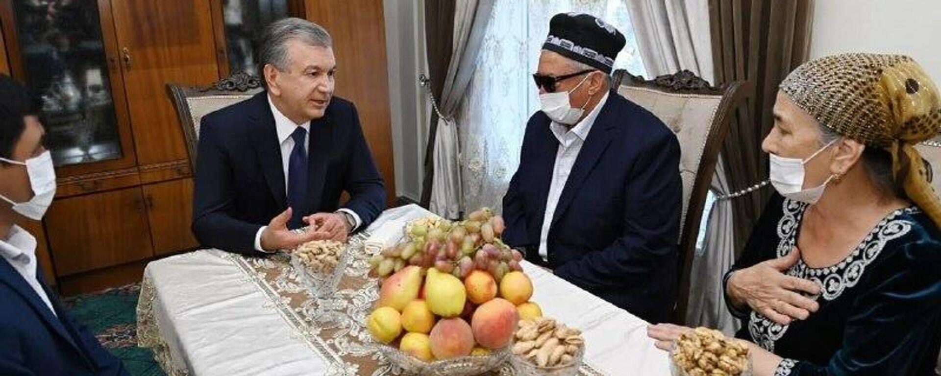 Президент Узбекистана Шавкат Мирзиёев в завершение поездки в Самарканд посетил махаллю Шарк тонги  - Sputnik Узбекистан, 1920, 24.09.2021
