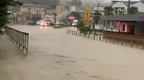 Затопленные дороги: последствия ливней в Сочи - Sputnik Ўзбекистон