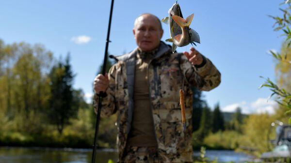 Prezident RF Vladimir Putin vo vremya rыbalki v tayge - Sputnik Oʻzbekiston