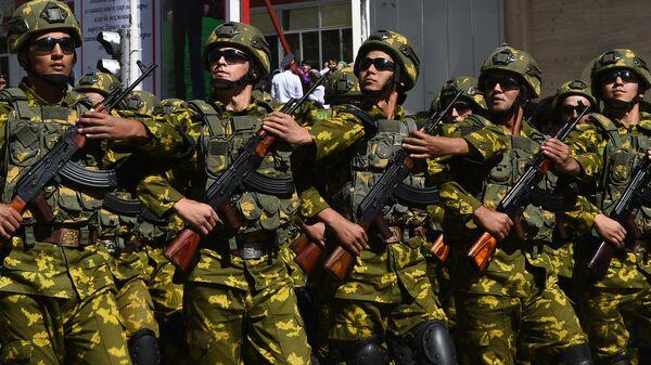 Президент Таджикистана Эмомали Рахмон наблюдал за военным парадом, который прошёл в Дарвазском районе ГБАО.  - Sputnik Ўзбекистон