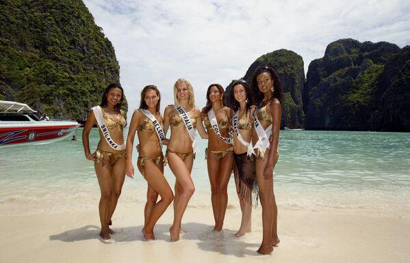 """Участницы конкурса """"Мисс Вселенная 2005"""" на пляже Майя рядом с островом Пхи-Пхи. - Sputnik Узбекистан"""