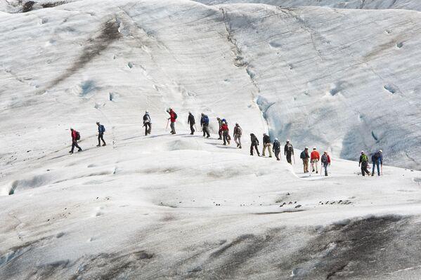 После успеха картины альпинисты со всего мира отправились покорять ледник Ватнайокудль в Исландии. - Sputnik Узбекистан