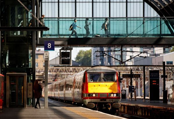 Поезд Северо-восточной железной дороги Лондона приближается к железнодорожной станции Кингс-Кросс в Лондоне во время фотосессии, посвященной возобновлению движения поездов по магистрали Восточного побережья. - Sputnik Узбекистан