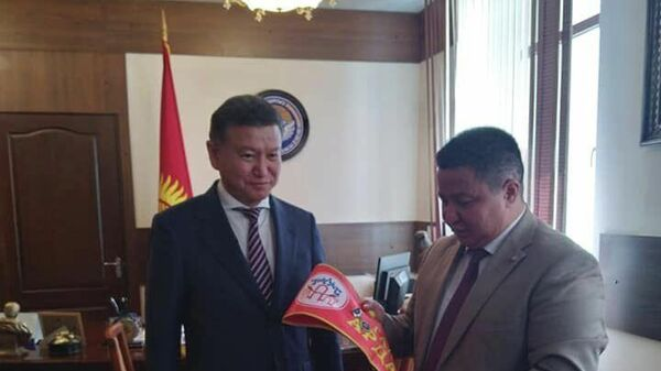 Полпред президента Кыргызстана в Таласской области Бактыбек Нарбеков и бывший глава Калмыкии Кирсан Илюмжинов - Sputnik Узбекистан