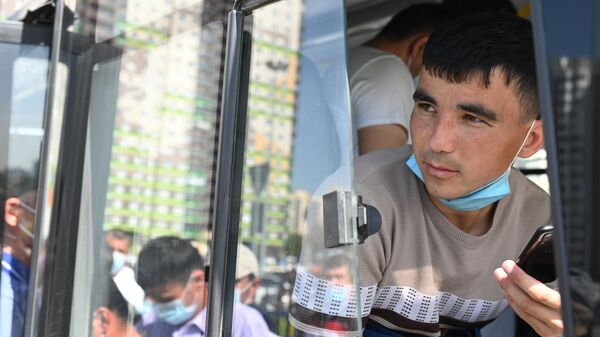 Иностранец возле Единого миграционного центра Московской области - Sputnik Ўзбекистон