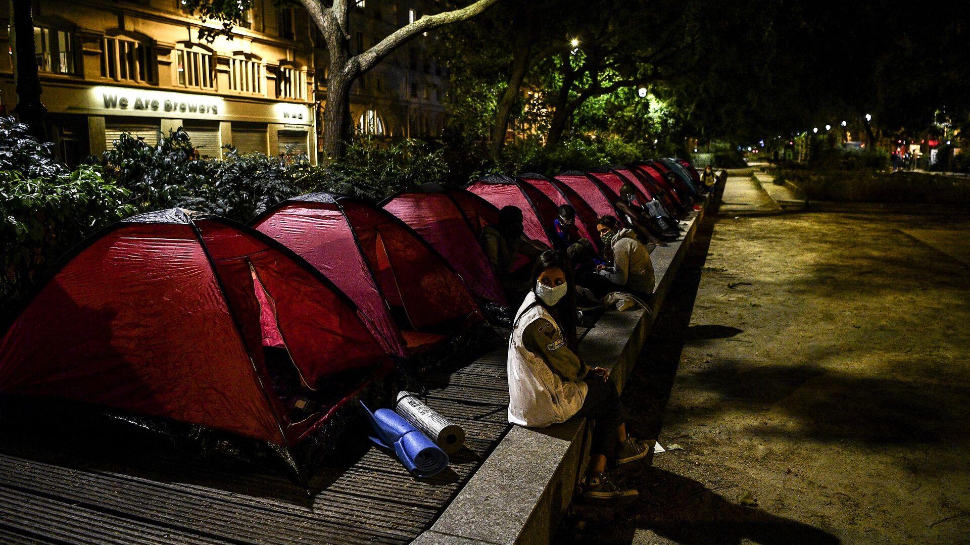 Палатки мигрантов на одной из улиц Парижа - Sputnik Узбекистан, 1920, 28.09.2021