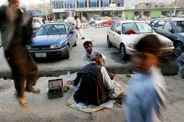 Афганский уличный парикмахер в Кабуле, 2007 год. - Sputnik Узбекистан