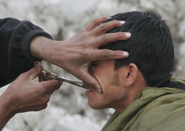 Работа уличного парикмахера в Кабуле, 2012 год. - Sputnik Узбекистан