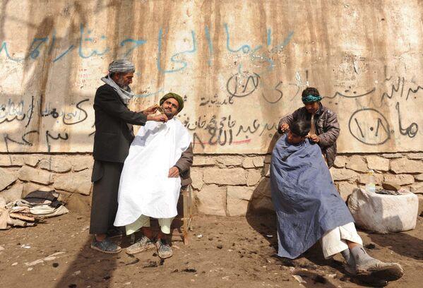 Афганские мужчины во время стрижки в Герате, 2012 год. - Sputnik Узбекистан