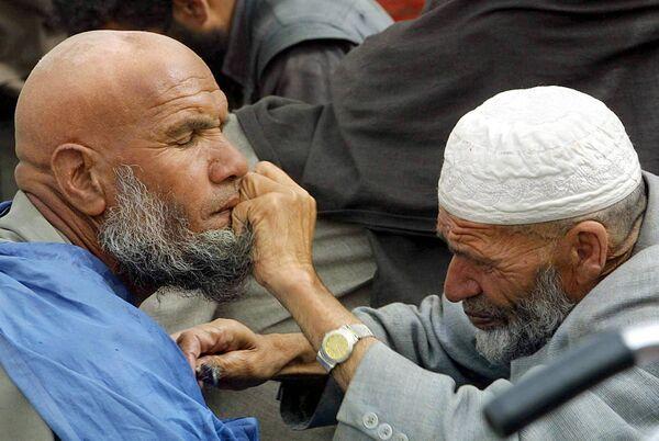 Уличный парикмахер за работой в Кабуле, 2002 год. - Sputnik Узбекистан