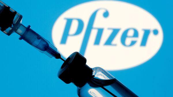 Шприц с ампулой на фоне логотипа Pfizer - Sputnik Узбекистан